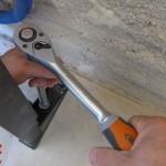 Serrage des chevilles d'un bati-support de WC suspendu avec la clé à cliquet Magnusson