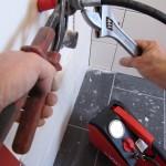 Raccordement du flexible à l'installation sanitaire par une alimentation de vasque