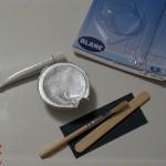 Le kit comprend un durcisseur, un tube de résine blanche, du papier de verre, un agitateur et un pinceau