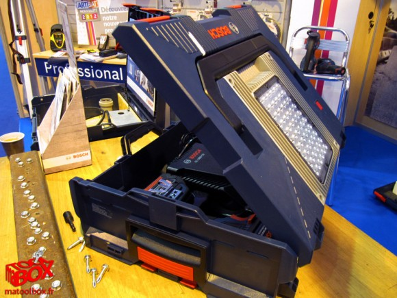 Capot orientable selon 4 angles sur la L-Boxx GLI PortaLED Bosch