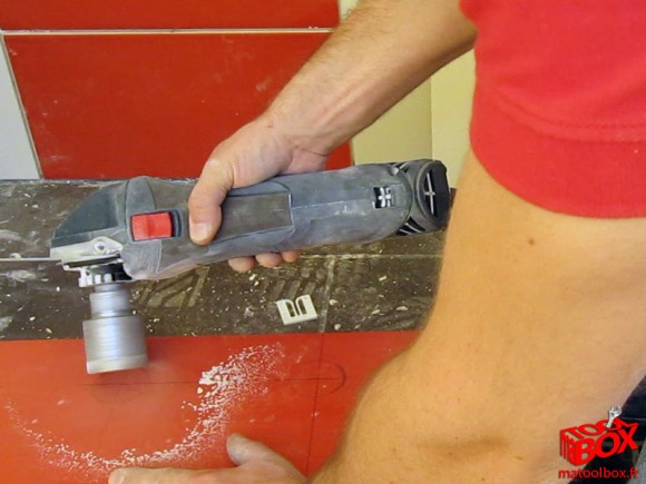 Découpe pour le passage des attentes de robinetterie de douche avec la couronne diamentée de 45