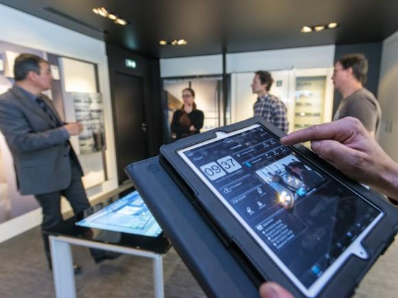 Domovea en essai dans le showroom Hager sur iPad, dalle et même table tactile