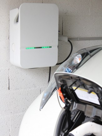 La borne de charge Witty en situation dans le garage d'un client