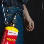 Un crochet pour suspendre notre bouteille de gaz MAPP Pro à la ceinture!