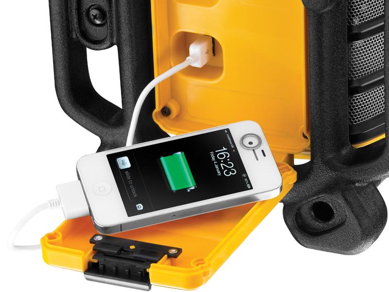 Branchement de nos smartphones et MP3 en USB pour les recharger directement sur la radio DCR017