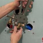 Sertissage d'un raccord coudé de platine 16-1/2 de douche avec la pince à sertir Comap