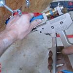 Sertissage d'un raccord droit 16-3/8 pour un évier avec la pince à sertir Comap