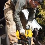 Le DCN690 est capable d'enfoncer des clous de 70 mm dans du bois dur et de 90 mm dans du bois tendre